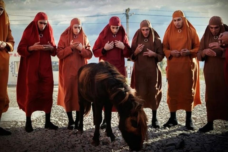 Мужчины в придуманной кинематографистами стране обязаны заворачиваться в тряпку, наподобие хиджаба, они нежны, робки и плаксивы