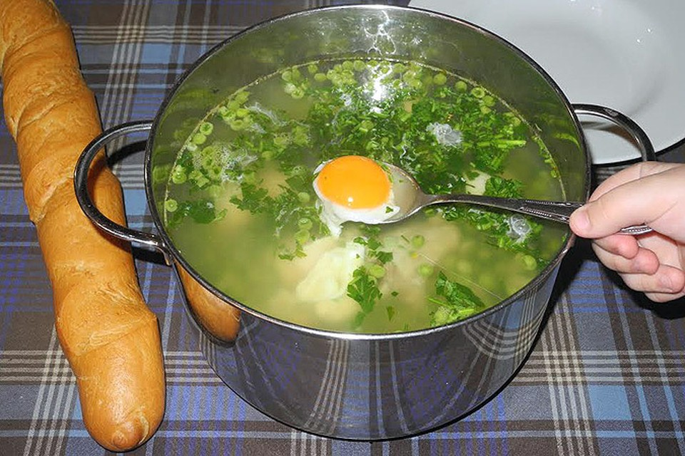Наш обозреватель продолжает развлекаться готовкой - на сей раз настала очередь супа из одуванчиков.