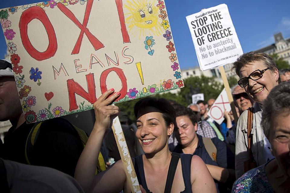 Греки не изменяют своему темпераменту даже в такие аховые времена - протестуют с песнями и барабанами