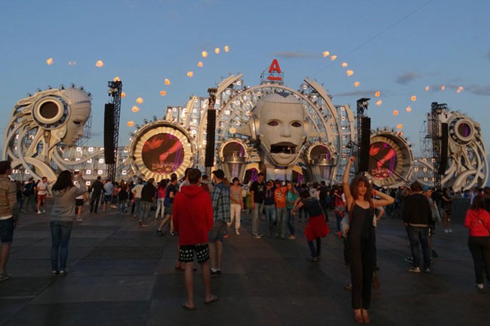 Главная сцена фестиваля поразила световыми и пиротехническими эффектами.