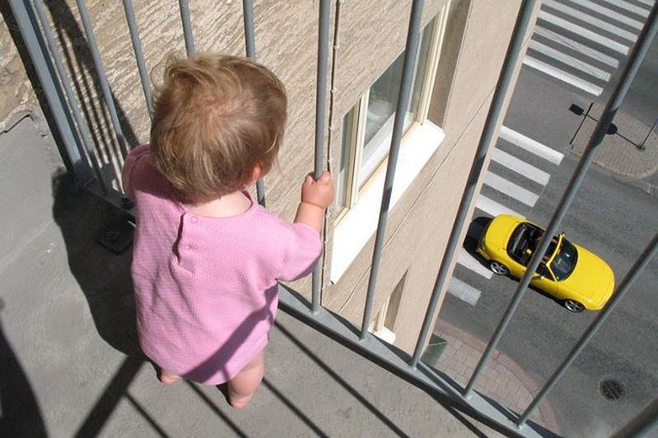 Мужчина столкнул с балкона мать с ребенком днепр Час.