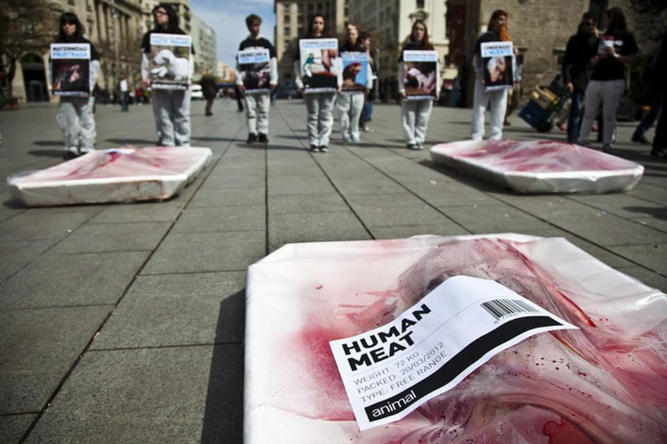 Люди, завернутые в пищевую пленку, пытаются донести, что мы - тоже мясо. Человечина. Фото: IgualdadAnimal.org