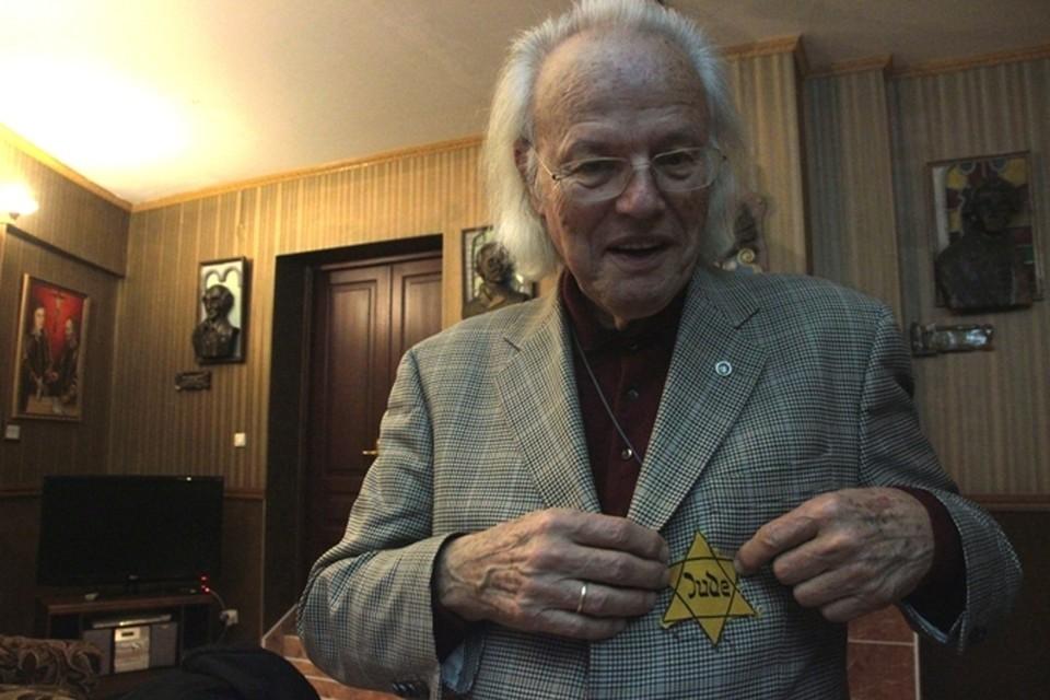 На презентацию Михаэль принес ту самую звезду, которую вынужден был носить на своей одежде в детстве.