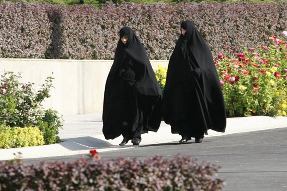 Женщины в Тегеране. Большая часть населения Ирана - шииты