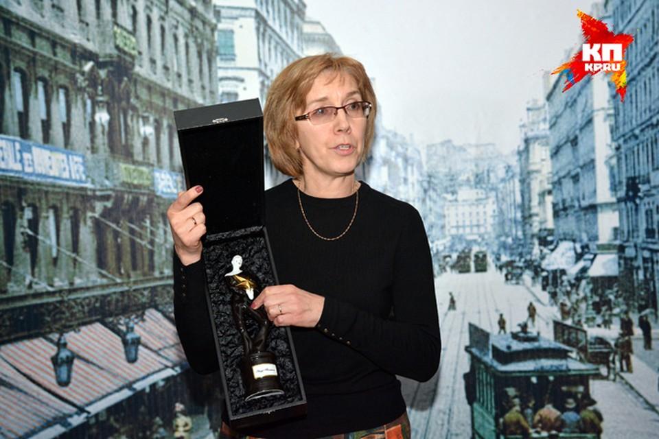 Директор Музея города Новосибирска Елена Щукина показала статуэтку, которая, похоже, станет не менее скандальной, чем спектакль, за который ее дали.