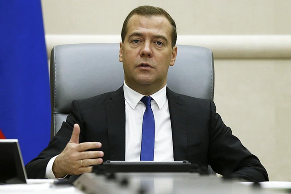 Премьер-министр Дмитрий Медведев подписал документ о сокращении на 10 процентов числа государственных служащих