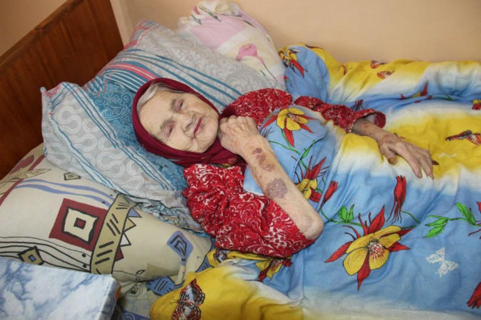 Старейшую жительницу Даниловского района выносили из пожара на одеяле. Фото:Валентина БЕРЕЗКИНА.