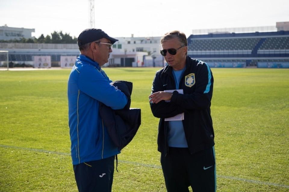Курбан Бердыев (слева) и главный тренер китайского клуба Дан Петреску
