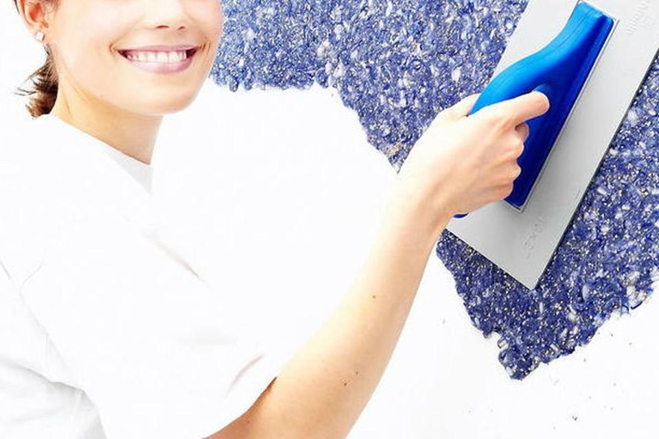 Легко и красиво освежить стены вы можете с помощью жидких обоев.