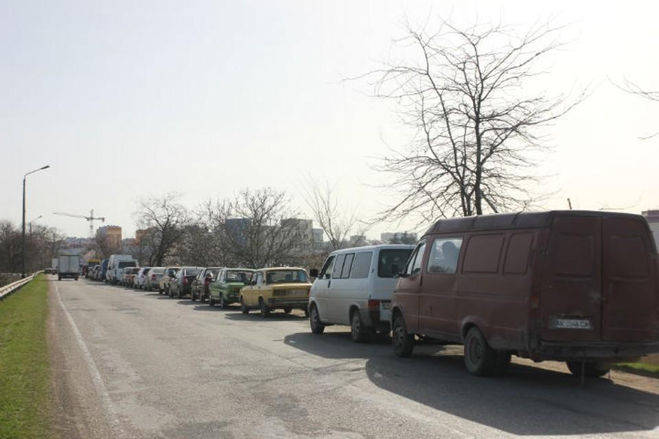 По словам водителей, очередь начинается возле села Богдановка.