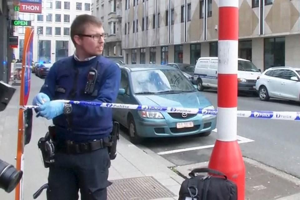 Полицейские оцепляют станцию метрополитена Брюсселя, на которой произошёл теракт.