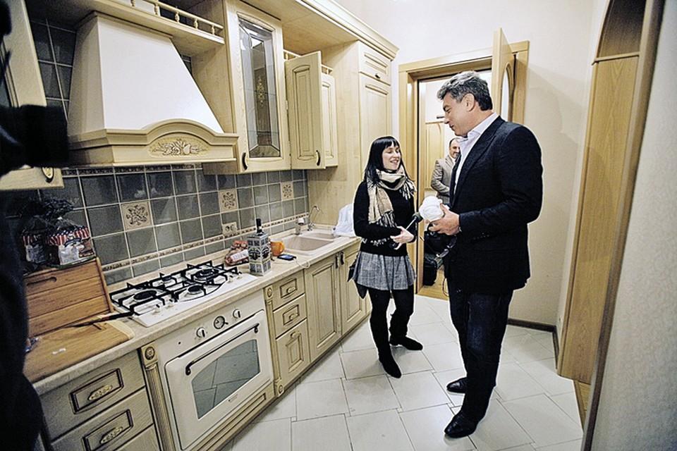 Став депутатом Ярославской областной Думы, Борис Немцов первым делом купил там жилье. И позвал на новоселье местных журналистов. Небольшая «двушка» в центре обошлась политику тогда в 5 млн. рублей, половину из которых он взял в кредит.
