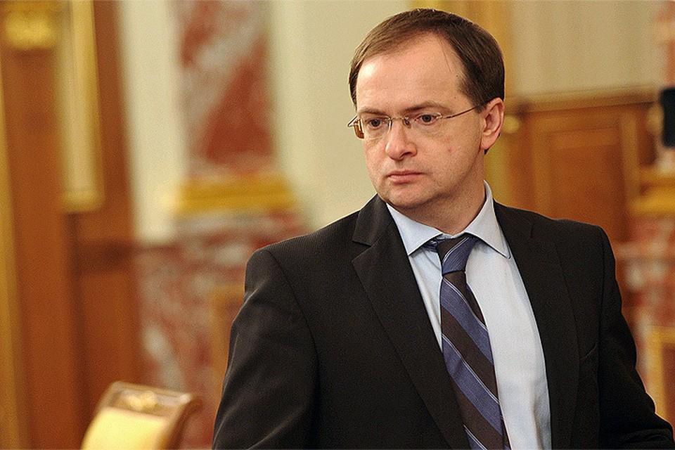 В условиях травли министра Мединского со стороны идеологических противников, либеральной интеллигенции, столкновения внутри «партии власти» играют только на руку оппонентам.