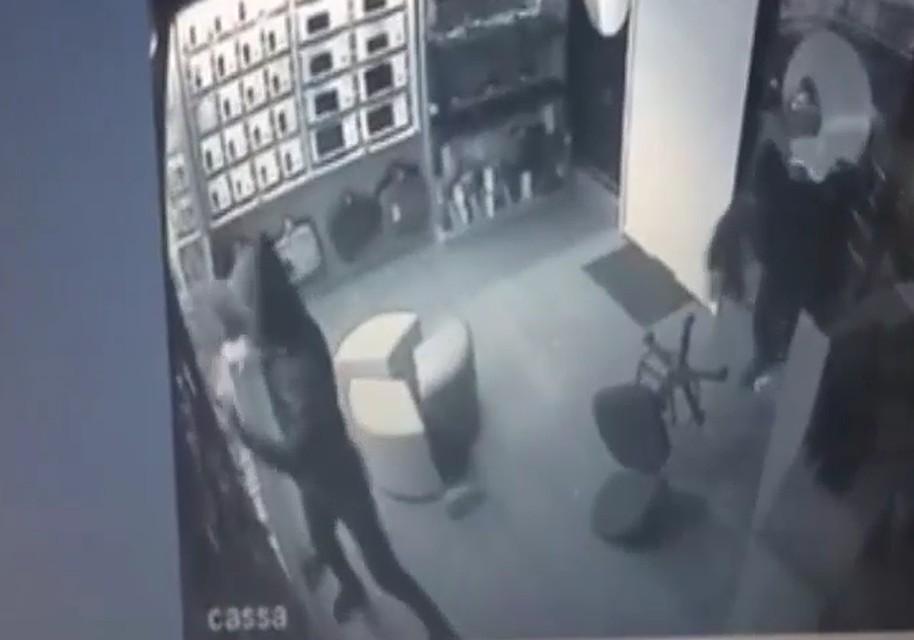 Из дыры в стене видео, супер сперма в лицо