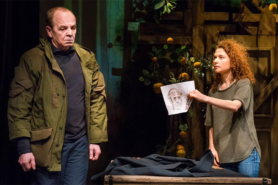 Странный сторож разговаривает с дочерью Аленой на латыни. Фото: московский Центр драматургии и режиссуры