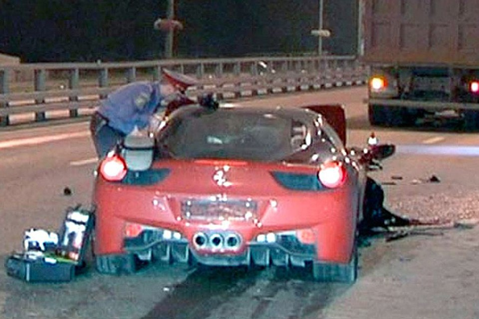 На Минской улице летевший на большой скорости суперкар Ferrari 458 Italia снес пенсионера