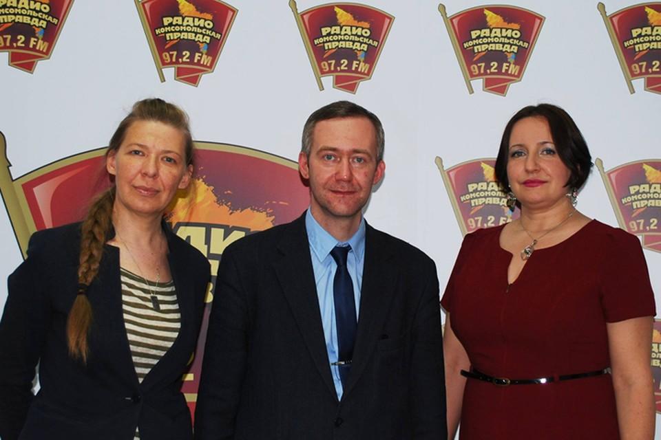 Слева направо: Елена Ракиткина, ведущая программы, Урван Парфентьев, координатор проектов интернет безопасности РОЦИТ и Марина Слинькова, семейный психолог Центра Системной Семейной Терапии.