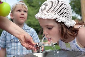 В столичных парках можно бесплатно взять воду в питьевых фонтанчиках