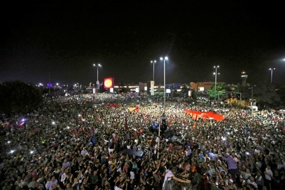В Стамбуле этой ночью творится что-то невообразимое. Толпа демонстрантов возле аэропорта Ататюрка