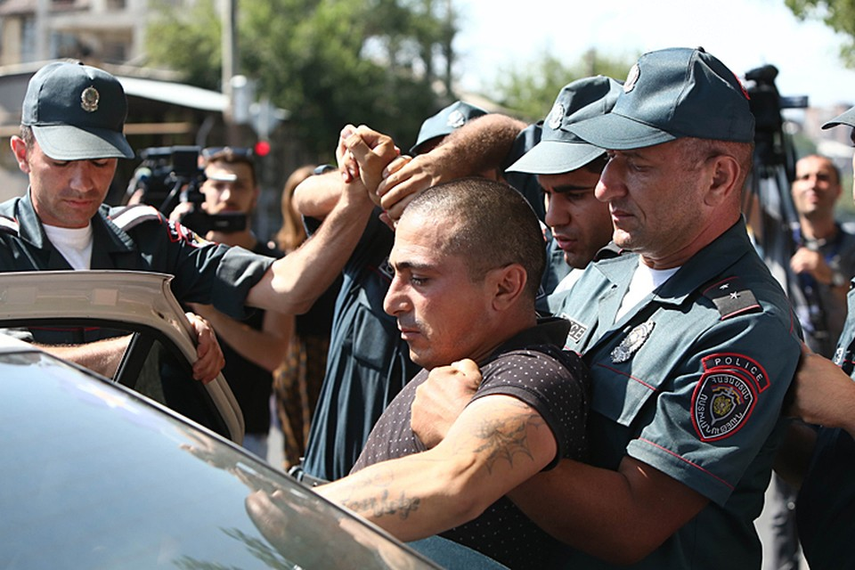 В Ереване в новых столкновениях пострадали десятки полицейских