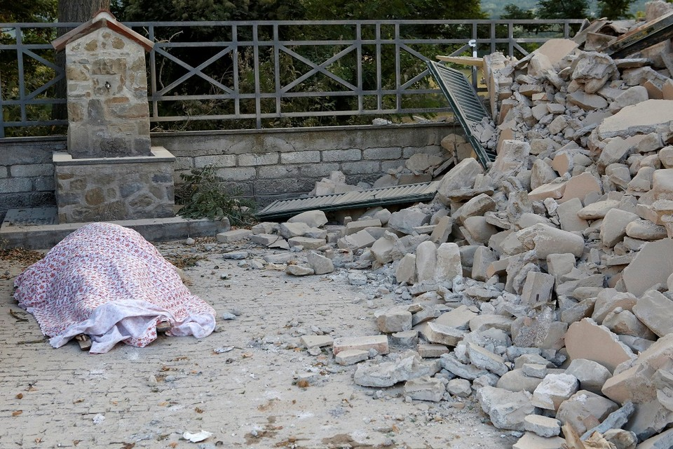 В результате мощного землетрясения в Италии погибли уже 14 человек
