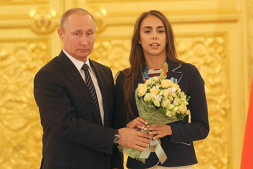 Владимир Путин и Маргарита Мамун, завоевавшая золотую медаль в соревнованиях по художественной гимнастике в индивидуальном многоборье.