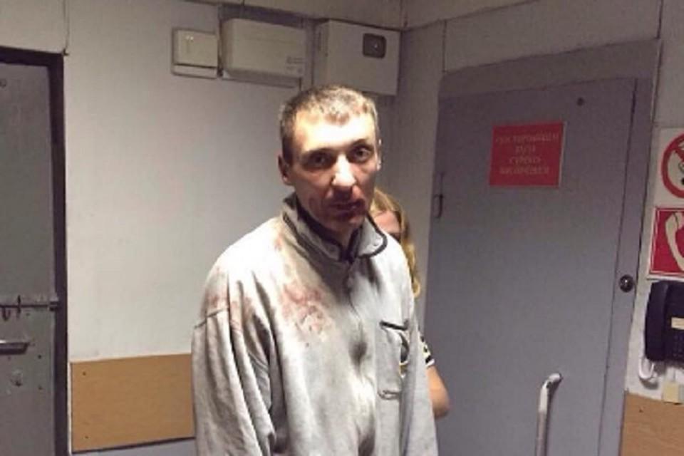 Мужчина устроил погром возле памятника. Фото: vk.com/chp_vladikavkaz
