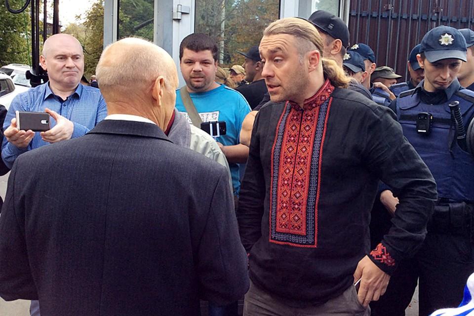 Депутат Киевсовета от партии «Свобода» Игорь Мирошниченко блокировал вход в посольство. Фото: Аристарх Кононов/ТАСС