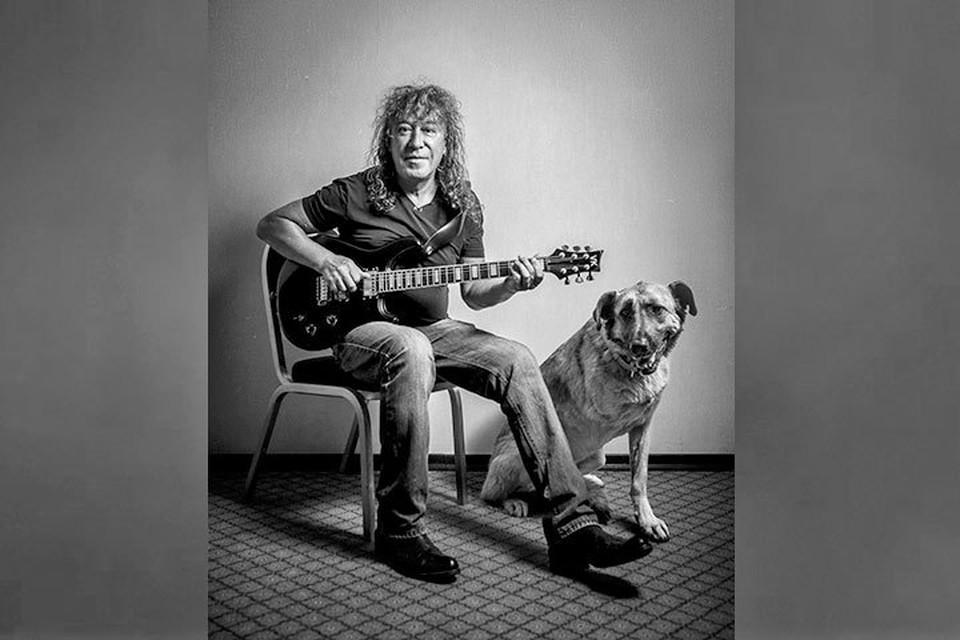 Первой поучаствовала в фотосессии трехлапая собака Рада. Ей удалось растрогать музыканта Владимира Кузьмина. Фото: Софья Лебедева.