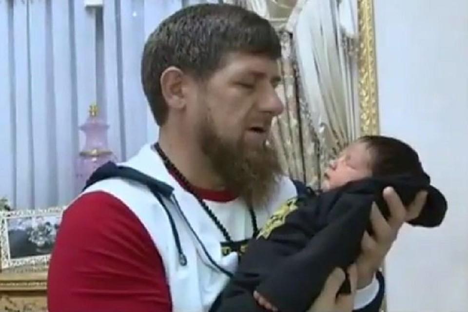 Рамзан Кадыров с новорожденным сыном Магомеда Даудова. Фото: instagram.com/kadyrov_95