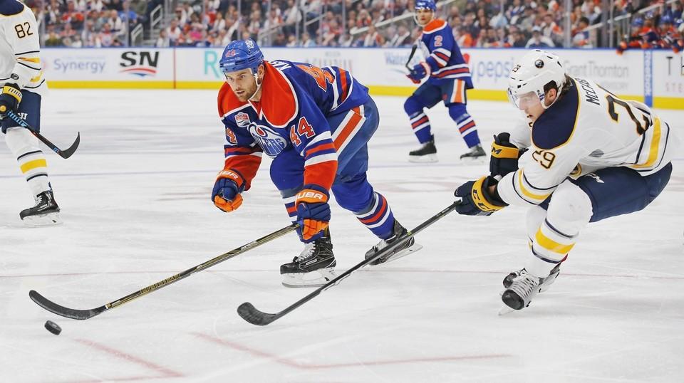 В трех поединках НХЛ были заброшены курьезные шайбы.