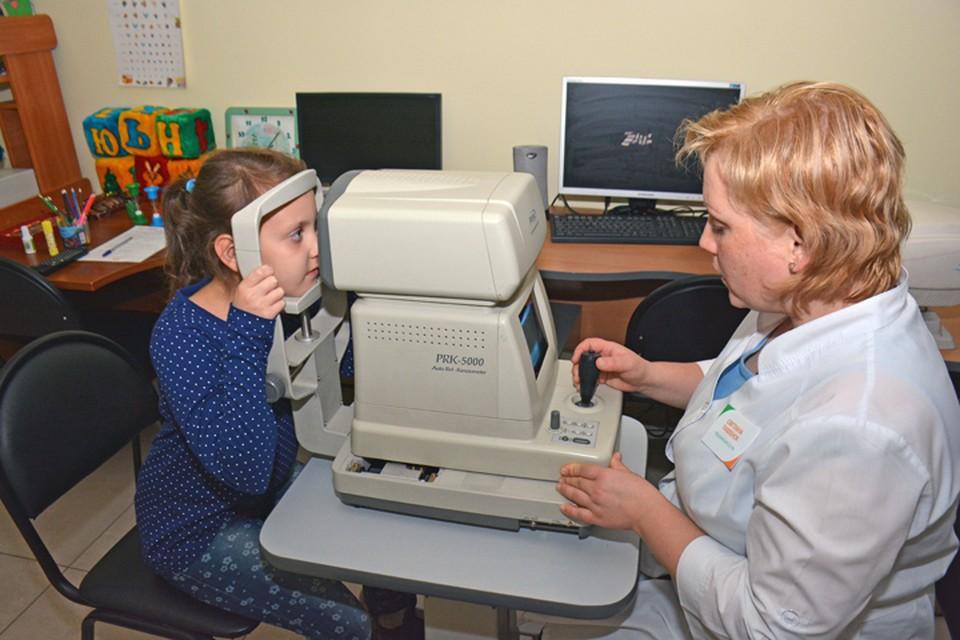 Во время акции зрение детей диагностируют на нескольких приборах.