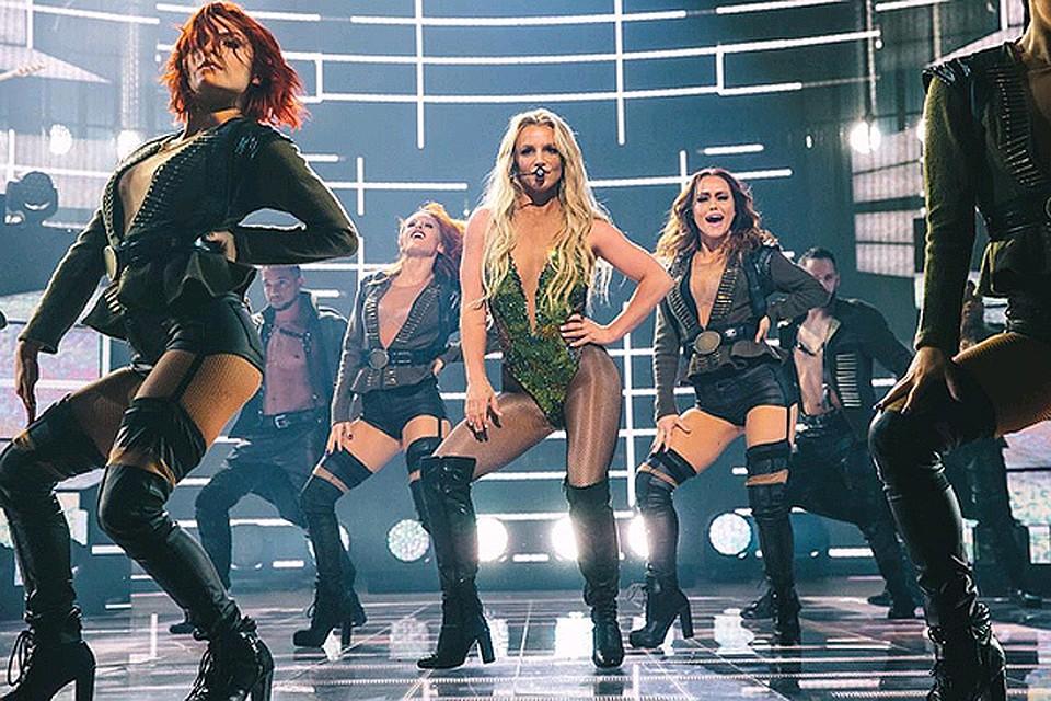 Fergie чуть потеряла трусики на сцене