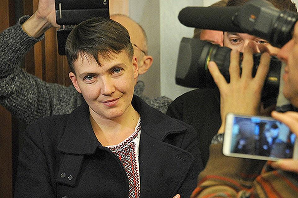 Надежда Савченко и российские журналисты в зале заседаний Верховного суда РФ.
