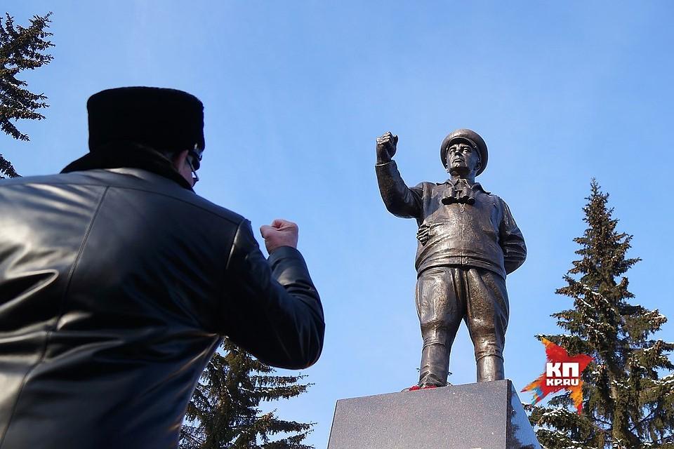 Памятники екатеринбурга фото и описание тарифа памятники из гранита воронеж саранске