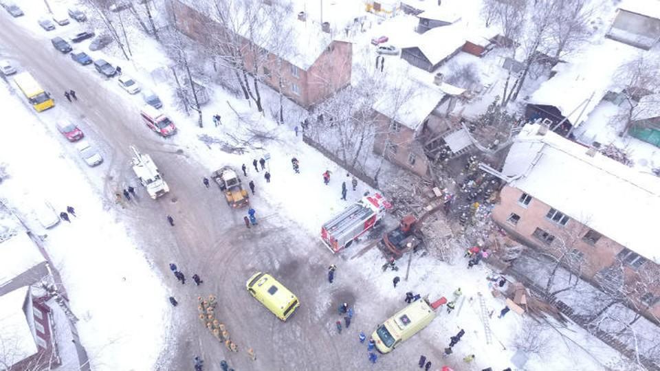 Второй подъезд обрушился почти целиком, как будто чья-то хищная пасть прогрызла дом ровно посередине. Фото: МЧС по Ивановской области.