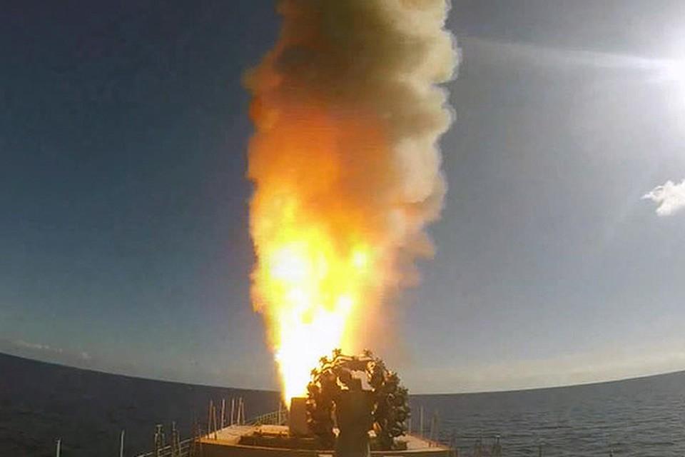 """Запуск крылатых ракет """"Калибр"""" с борта фрегата """"Адмирал Григорович""""."""