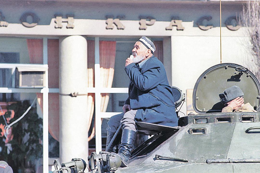 Для прекращения погромов русского населения в столицу Таджикистана Душанбе в 1990 году пришлось ввести войска. На фото - таджик-аксакал уговаривает с бронетранспортера своих сограждан прекратить бесчинства. Фото: Роберт Нетелев/ТАСС