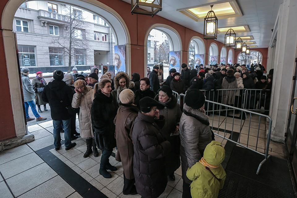 Чтобы избежать хаоса, вход в галерею расписали по сеансам. Однако очередь на выставку растет с каждым часов. Фото: Сергей Савостьянов/ТАСС
