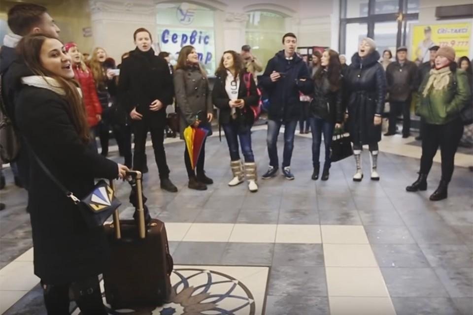 На вокзалах Запорожья, Харькова, Одессы и Днепропетровска молодые люди красивыми голосами спели дорогие русскому сердцу песни