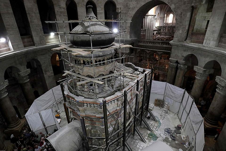 То, что изучают с недавних пор в Иерусалиме это не гробница Христа, это маленькая Кувуклия - часовня, которая была построена в XVI веке францисканцами