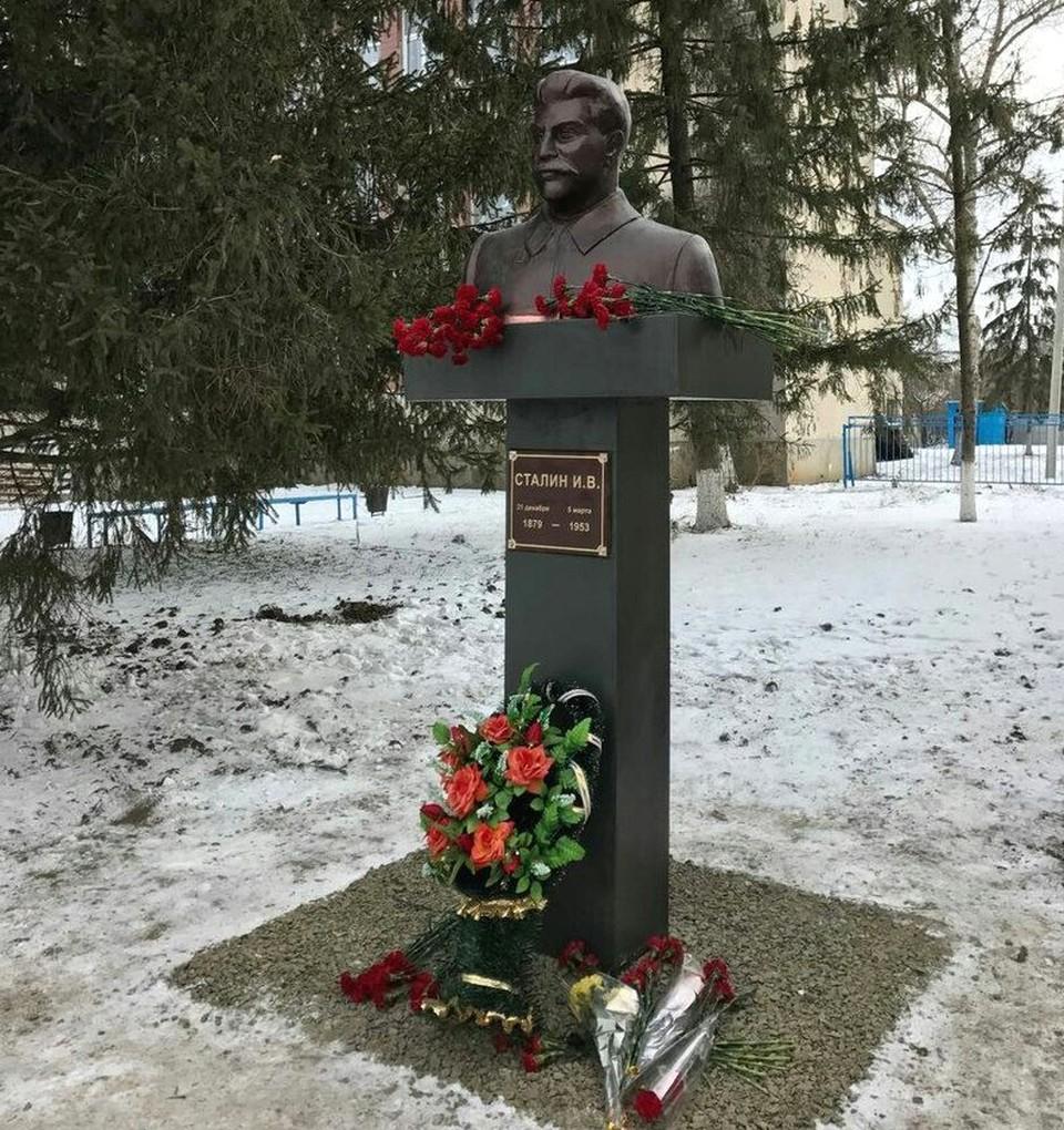 """В центре Куйбышево, в сердце Миус-Фронта был открыт памятник Сталину. Фото: ПО """"Миус-Фронт""""."""