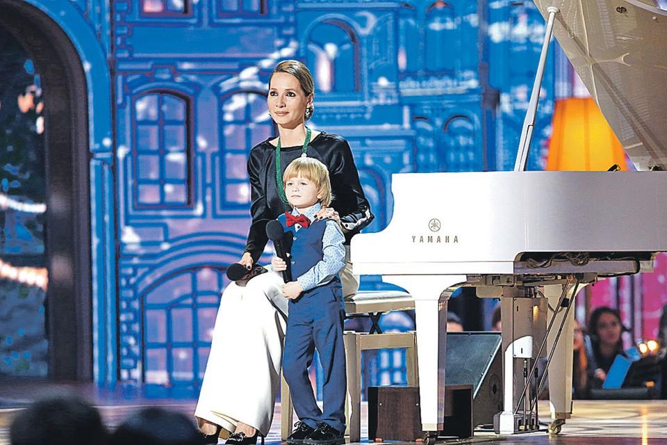 Дарья с Елисеем, который в свои 5 лет играет Баха и даже сочиняет сам. Фото: Канал «Россия»
