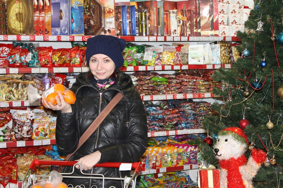Продавцы сжалились лишь с самыми-самыми новогодними товарами: мандарины и шампанское теперь можно купить значительно дешевле.