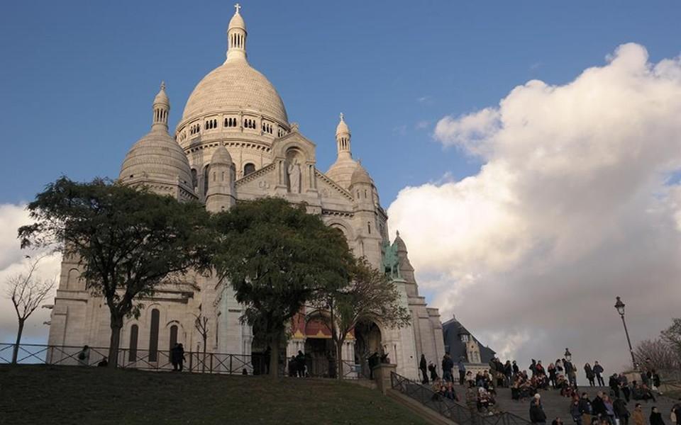 Чтобы съездить на майские праздники в Париж и не разориться, билеты на самолет лучше покупть в феврале, а отель выбирать в марте.