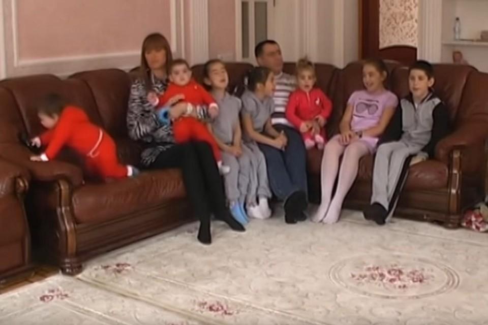 Глава Владикавказа и его большая семья. Фото: Youtube