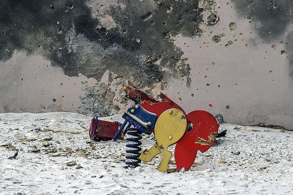 Последствия обстрела Донецка, детская площадка