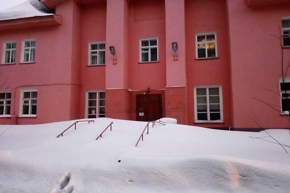 В Мурманске ректор МИБО сварганил диплом за тысяч для  После ряда крупных скандалов институт похоже перестал функционировать Снег на входном крыльце не