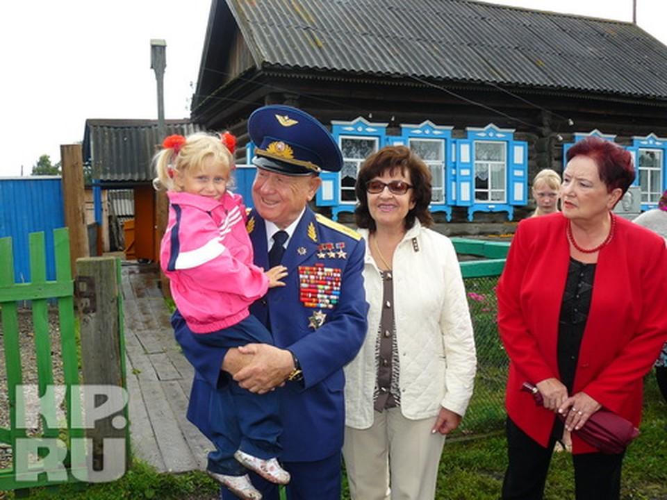 Знаменитый космонавт Алексей Леонов у своего отчего дома, село Листвянка
