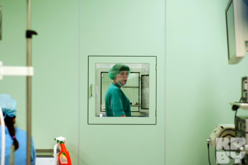 Всего в центре 6 операционных. Медперсонал отдаёт  весь использованный инструмент для чистки и дезинфекции через специальное окошко.